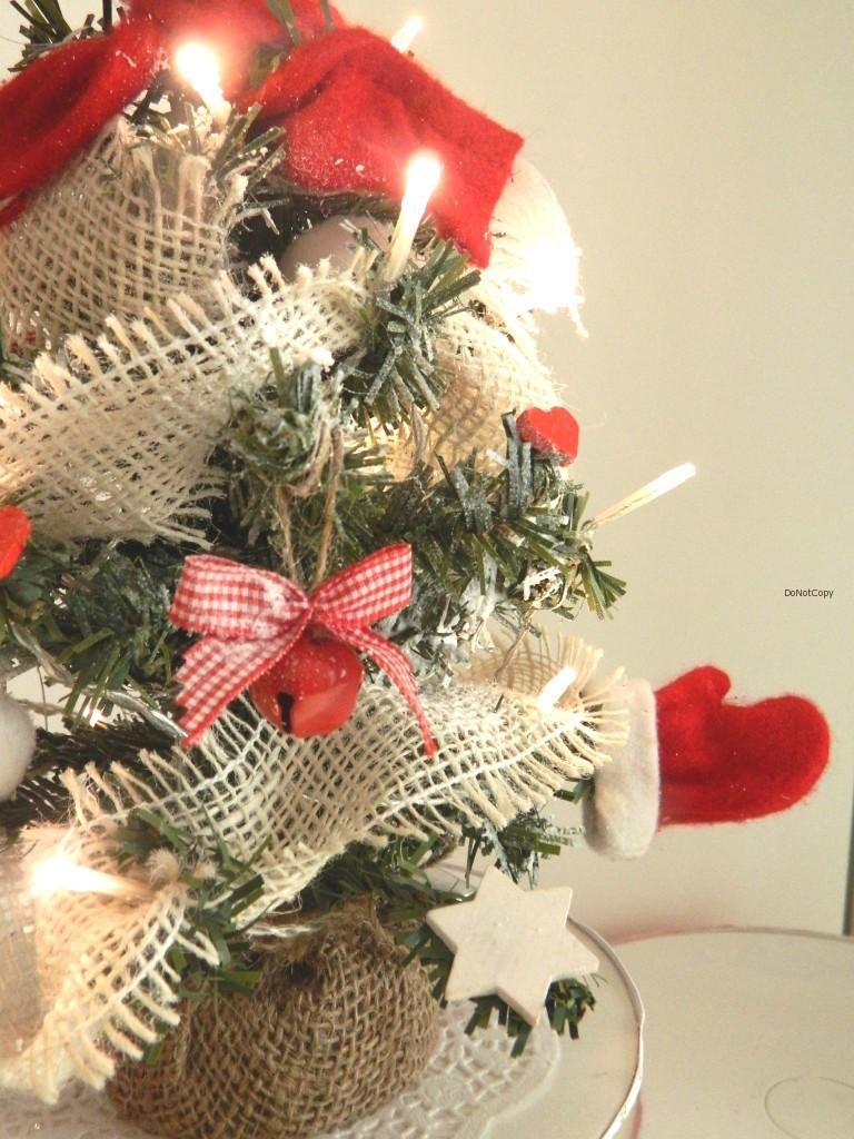 albero piccolo rosso con guantini e sciarpa
