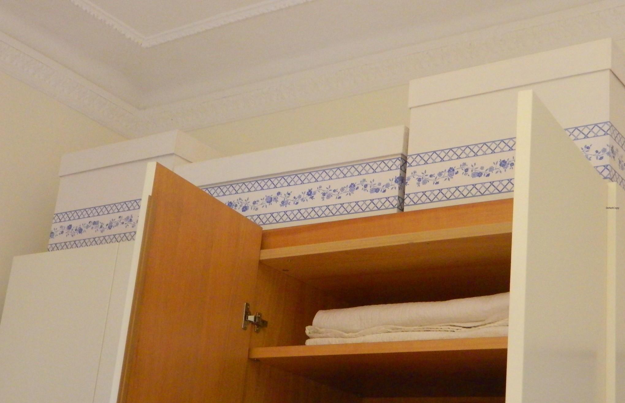 scatole poste sopra al guardaroba